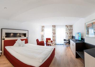 Juniorsuite mit rotem großen Bett